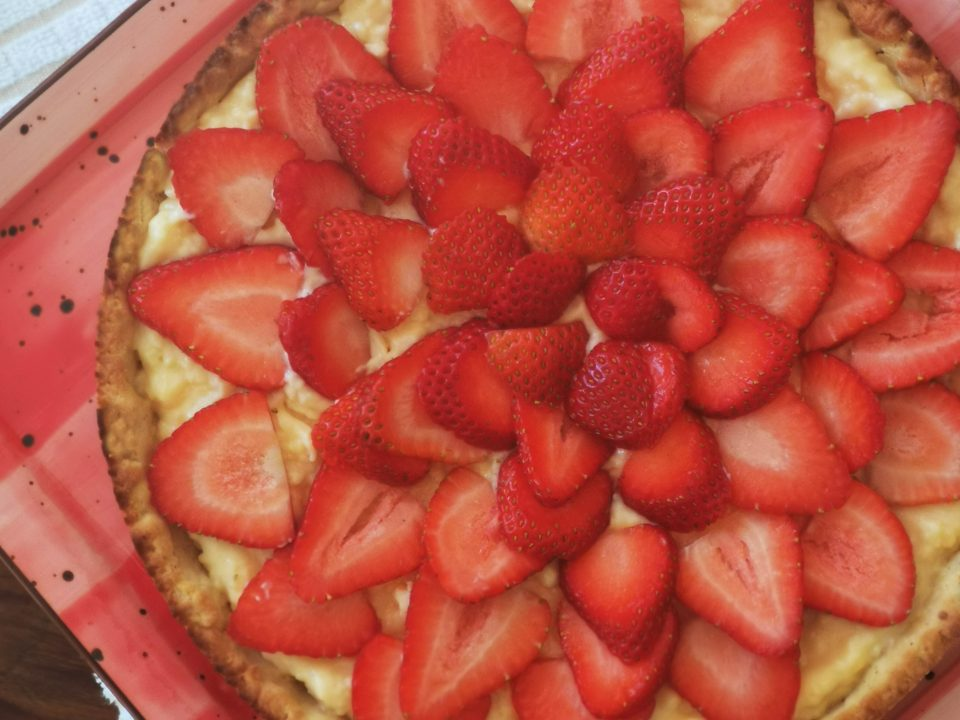 Strawberry tart covered with pastry cream and strawberry