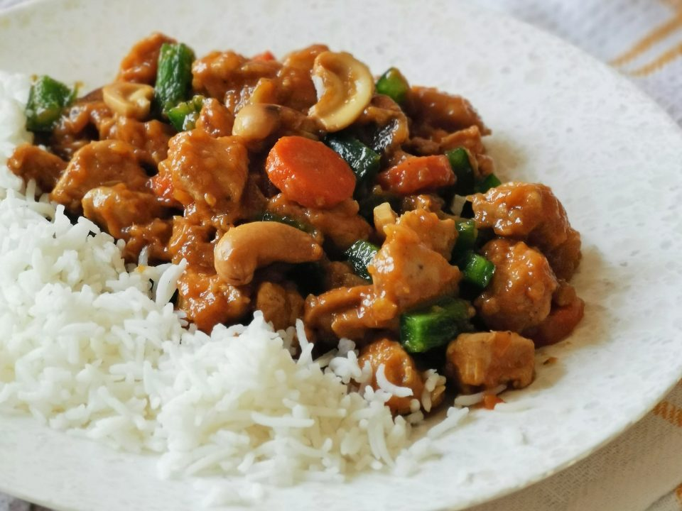 Chicken with cashew nuts and steamed rice