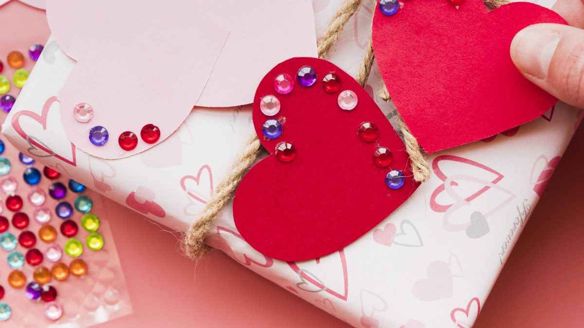 Gift wrapping with motifs